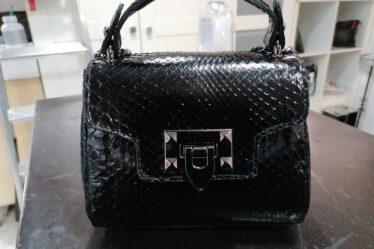 Piccola borsa in pitone nero lucido